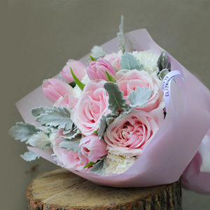 鲜花/少女时代:9枝戴安娜粉玫瑰,6枝白色康乃馨(或桔梗) 配材:银