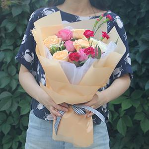鮮花/笑顏如花:蘇醒玫瑰5枝,香檳玫瑰5枝,白玫瑰2枝,2枝紅色多頭
