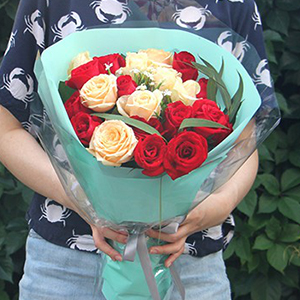 鲜花/我的女主角: 红玫瑰11枝,香槟玫瑰8枝,白色青梅、小米果叶