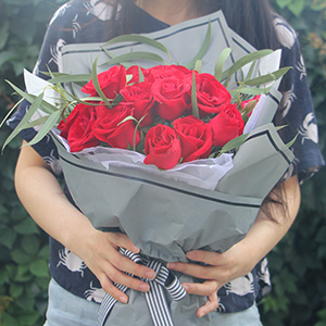 鲜花/许你三生: 19枝昆明A级红玫瑰精美包装,小米果页间插