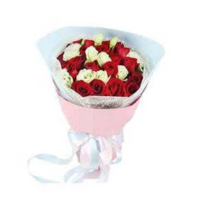 鲜花/致爱:19枝红玫瑰 配材:绿色桔梗点缀 花 语:致我最爱