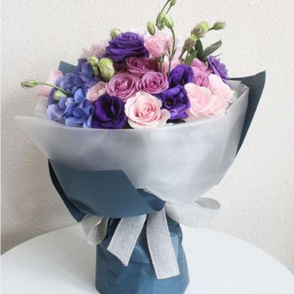 鲜花/贵人:9枝紫色玫瑰,9枝戴安娜粉色玫瑰,绣球花和桔梗搭配间