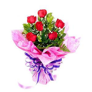 鲜花/俏佳人:6枝红玫瑰 包 装:紫红色绵纸精美包装