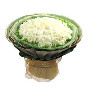 鲜花/白色恋人:66枝白玫瑰 包 装:绿色雪点纸内衬,多层黄色、绿