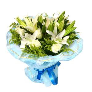 鲜花/我愿倾听你:4枝白色多头香水百合,9枝白玫瑰 配材:绿叶、黄英间
