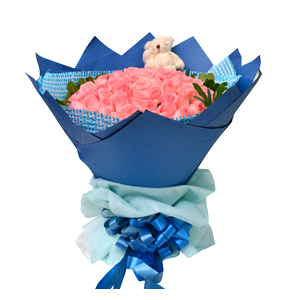 鲜花/情之所至:66枝粉玫瑰 配材:绿叶围边,随机搭配小熊一只 花