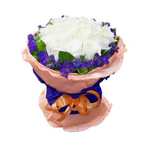 鲜花/遇见爱情:19枝白玫瑰。 配材:勿忘我,绿叶围边 花 语:遇