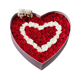 鲜花/心动的瞬间:99支玫瑰 配材:卡通小熊 花 语:最美的爱只给初