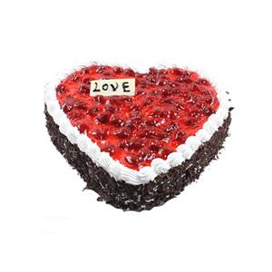 蛋糕/爱的勇气: 心形鲜奶蛋糕,红色果酱铺面,巧克力碎屑围边。
