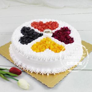 蛋糕/心灵相通:鲜奶裱花+新鲜水果+水果夹层 祝 愿:四目相对,柔