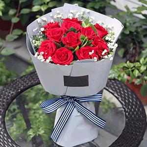 鮮花/永遠愛你:11枝紅玫瑰+滿天星點綴 花 語:難忘初次見你的心