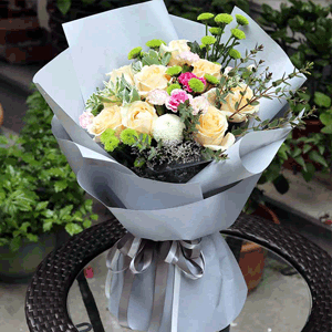 鮮花/少女心事:11朵香檳玫瑰花束 葉上花 小綠菊 乒乓菊 花 語