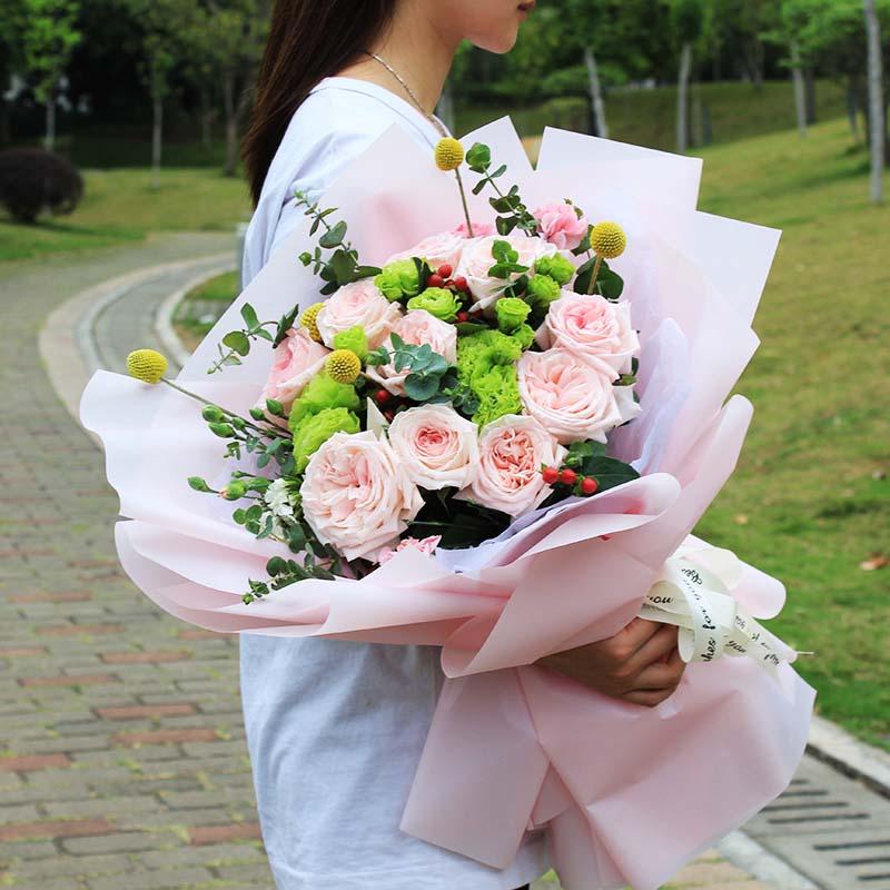 鲜花/生日祝福:11朵荔枝玫瑰 绿色桔梗 尤加利叶等配材 花 语: