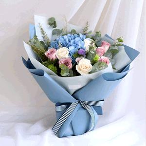鲜花/笑靥如花:19枝白玫瑰 粉玫瑰 蓝色绣球 花 语:风吹起如花