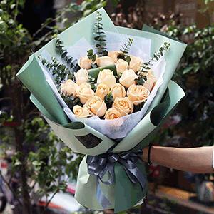 鲜花/唯一钟情:19枝香槟玫瑰 尤加利叶 花 语:弱水三千 只取一