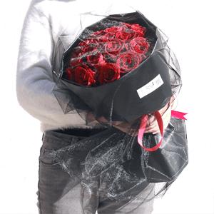 鲜花/神秘面纱:21枝精品红玫瑰 花 语:凤凰双双对,飞去飞来烟雨
