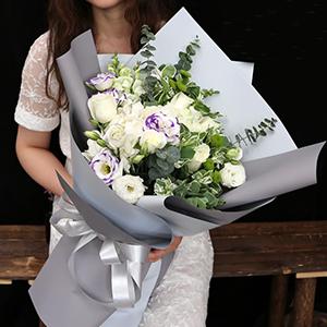 鮮花/純潔女神:29枝白玫瑰+高級配材 花 語:永遠愛你,守護你
