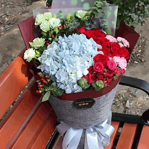 鲜花/幸福美满:33枝红玫瑰+粉玫瑰+绣球  花 语:美好祝愿,随