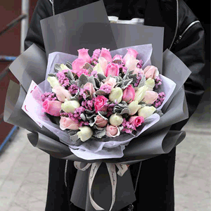 鮮花/期待:33朵混搭玫瑰+銀葉菊+勿忘我 花 語:愿你往后無