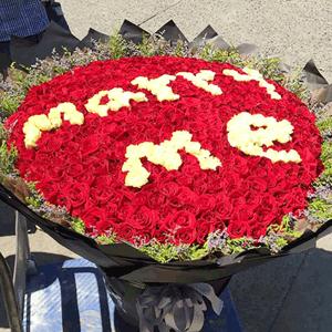 鮮花/我想娶你:999枝紅玫瑰+白玫瑰+高級配草 花 語:你笑的時